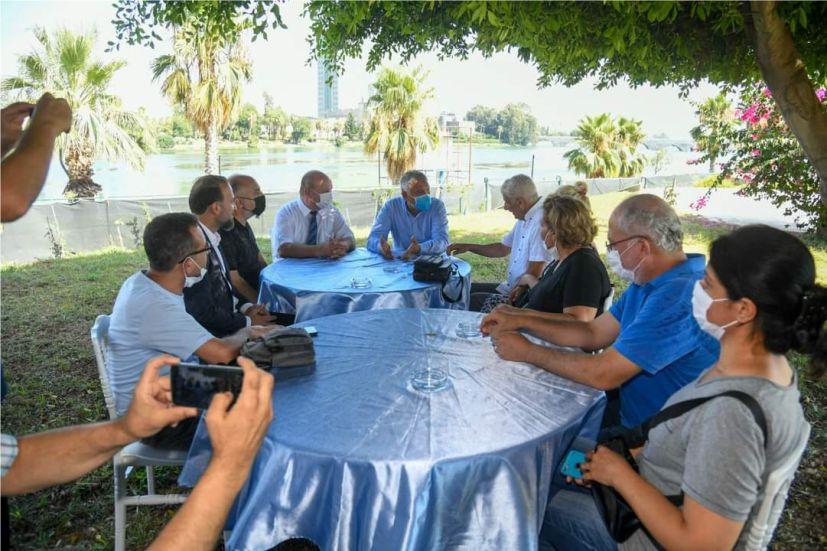 """Adana Büyükşehir Belediye Başkanı Zeydan Karalar, Cumhurbaşkanlığı Kararnamesi ile yayımlanan 'tasarruf tedbirleri' genelgesinin, pandemi sürecinde çok zor bir dönemden geçen yerel medya kuruluşlarını olumsuz yönde etkileyeceğini belirterek, """"Yerel basın toplumun kılcal damarıdır ve olmazsa olmazımızdır. Biz her zaman yerel basının yanında olduk ve destekledik. Bu kararın yeniden gözden geçirilip düzenlenmesini istiyoruz."""" dedi"""