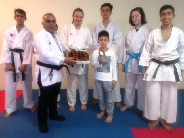 Adana Amatör Spor Kulüpleri Federasyonu (ASKF) Başkan Adayı Ramazan Çimen, Vatan Spor Karate Kulübü'nü ziyaret edip sporculara tatlı ikram etti.