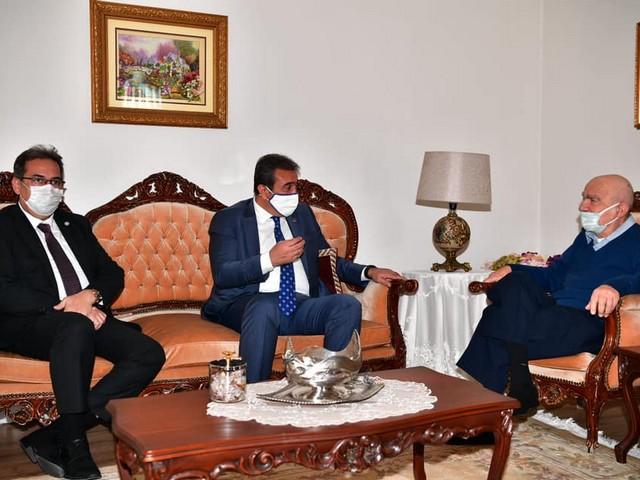 Çukurova Belediye Başkanı Soner Çetin, 24 Kasım Öğretmenler Gününde yine geleneği bozmadı ve öğretmenini ziyaret ederek gönlünü aldı.