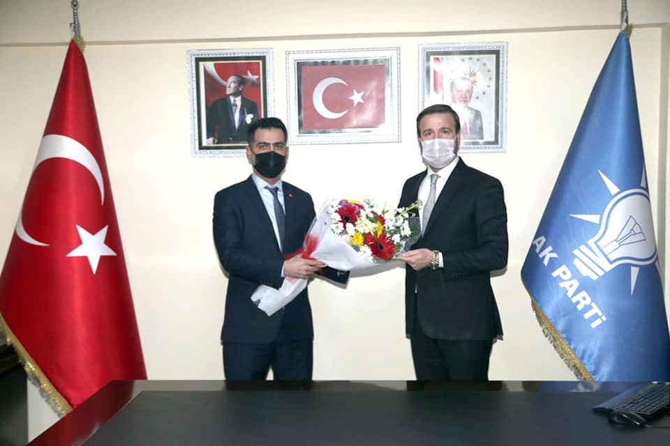 AK Parti Yüreğir ilçe Başkanlığına atanan Necip Fazıl Cengil, görevini eski İlçe Başkanı Yaşar Turandan devraldı.