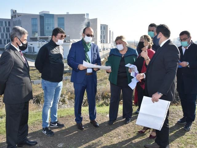 DSİ 6. Bölge Müdürü Mehmet Akif Balta ve DSİ 61. Adana Şube Müdürü Hakan Kaya Ceyhan Belediye Başkanı Hülya Erdem'i makamında ziyaret etti.