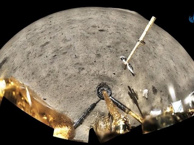 """Chang'e-5 Ay sondası 23 günlük uzay görevini tamamlayarak Çin'in kuzeyindeki İç Moğolistan bölgesine indi. Araç, 1970'lerden bu yana ilk Ay örneklerini Dünya'ya getirdi. Misyonun başarısı, Çin'i, 44 yıl önce son başarılı numune alma görevini başlatan Amerika Birleşik Devletleri (ABD) ve Sovyetler Birliği'nden sonra Ay örnekleri alan üçüncü ülke yaptı. Böylece Çin'in Ay Keşif Projesi başarıyla tamamlandı. Çin Cumhurbaşkanı Xi Jinping, Chang'e-5 projesine katılan tüm çalışanlara tebrik mesajı gönderdi. Xi Jinping, Çin'in en karmaşık ve en büyük teknolojik atılıma sahip uzay sistemi projesi olan Chang'e-5 misyonunun ilk kez gezegen dışı numuneleri toplayıp Dünya'ya getirdiğini kaydetti. Xi Jinping, bunun sistem avantajlarından yararlanarak, zorlukların üstesinden gelmek için elde edilen büyük bir başarı olduğunu belirtti. Xi, Çin'in uzay endüstrisi için ileriye doğru büyük bir adım atılarak, insanlığın Ay'ın kökeni ve güneş sisteminin evrimi hakkındaki bilimsel kavrayışının derinleşmesine katkıda bulunulduğunu ifade etti. İnsanlığın uzay keşfetme adımının sonsuz olduğunu vurgulayan Xi Jinping, ilgili personelin Ay keşif ruhunu devam ettirmesi ve yıldızlararası keşif yolculuğunu sürdürmesini ümit ettiğini belirtti. Xi Jinping, insanlığın barışçıl bir şekilde uzayı kullanımı ve daha büyük bir insanlığın ortak kader topluluğunu inşa etmek için katkıda bulunmak istediklerine işaret etti. CHANG'E-5 YOLCULUĞU Chang'e-5 uzay aracı, 24 Kasım'da uzaya gönderilmiş, 1 Aralık'ta Ay yüzeyindeki """"Fırtınalar Okyanusu"""" bölgesine iniş yapmış ve numune toplamıştı. Chang'e-5 sondası Ay'dan yaklaşık iki kilogram toprak numunesi topladı. """"Robot kol"""" sayesinde toprağın bir kısmının alınması 50 dakika sürüyor. Söz konusu Ay örneklerinin gezegenin jeolojik evrimi hakkında bilgi vermesi ve evrendeki güneş faaliyetlerine dair ipucu sunması bekleniyor. 6 Aralık'ta Chang'e-5'in yükselen aracı, yörünge ve dönüş araçlarından oluşan kombinasyonuyla Ay'ın yörüngesindeki insansız buluşma ve kenetlenme"""