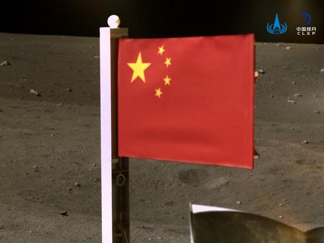 """Chang'e-5 sondası Ay'dan yaklaşık iki kilogram toprak numunesi topladı. """"Robot kol"""" sayesinde toprağın bir kısmının alınması 50 dakika sürüyor."""