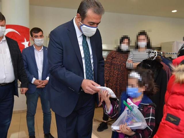 """Çukurova Belediyesi, hayırseverlerden gelen çocuk kıyafetlerini ve kırtasiye malzemelerini ihtiyaç sahibi ailelerin çocuklarına teslim etti. Yüzünü Güldürdü Çocuklara hediyelerini veren Başkan Soner Çetin, """"Her zaman sizlerin yanındayız. Sosyal belediyeciliğin gereğini şimdiye kadar yaptık, bundan sonra da bu anlayışla devam edeceğiz"""" dedi."""