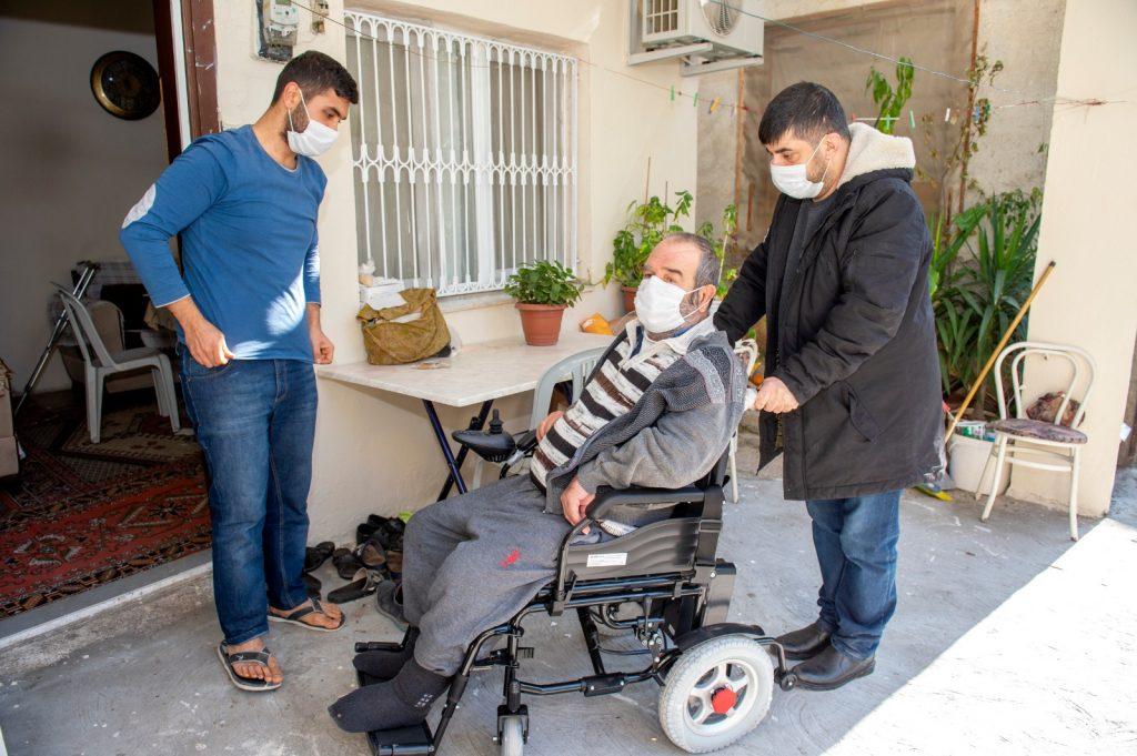 Manuel ve akülü tekerlekli sandalye dağıtımı sürüyor