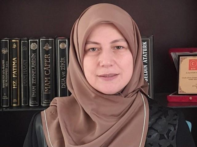 Seçil Mumcuoğlu: Artık Aylin Sözer'ler katledilmesin Kadın cinayetlerine bir yenisi daha eklendi. Öğretim görevlisi Aylin Sözer'in üzerine yanıcı madde döküldükten sonra ateşe verildi. Yanmanın etkisi ile öğretim görevlisi hayatını kaybetti. Bu üzücü olayın ardından Bağımsız Türkiye Partisi Kadın Kolları Başkanı Seçil Mumcuoğlu yayınladığı mesaj ile bu olayı ve kadın cinayetlerini şiddetle kınadığını açıkladı. HABERİN SONU www.haberinsonu.com