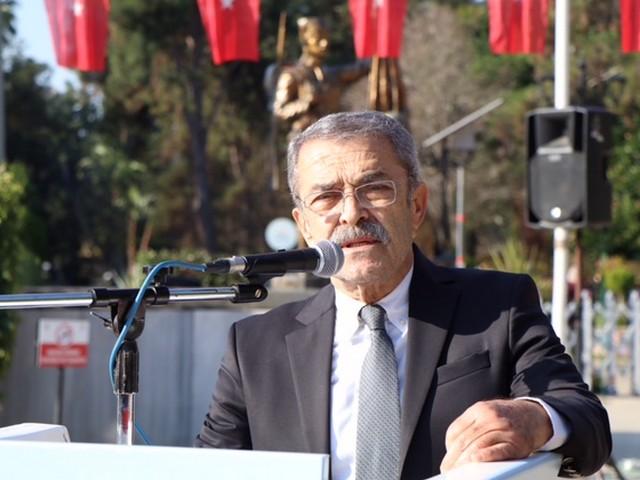 """Zamlar Yeni Yılda Da Yoksul Halkın Belini Bükecek! Cumhuriyet Halk Partisi (CHP) Adana İl Başkanı Mehmet Çelebi, Covid-19 salgını ve ekonomik kriz gölgesinde geçen 2020'nin ardından, siyasal iktidarın vaat ettiği umutlarla girilen 2021'in zam furyasıyla başladığını kaydetti. İktidarın asgari ücrete yaptığı zammı, vergilere yaptığı zamlarla fazlasıyla geri aldığını vurgulayan Çelebi, """"Siyasal iktidar çay kaşığıyla verdiğini kepçeyle alıyor! Halkın 'açız' haykırışlarını duymayan, gerçekleri görmeyen iktidar, 2021'i esnaf, işsizler, işçiler, emekliler, memurlar için 2020'den daha da zor geçirtmekte kararlı görünüyor. 2021 de yoksul halkımız için açlık yılı olmasın"""" dedi."""