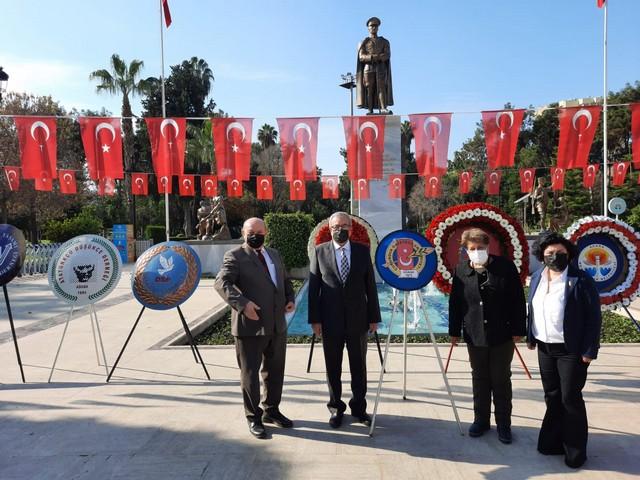 """Çukurova Gazeteciler Cemiyeti Başkanı Cafer Esendemir, """"Bugün Adana'nın kurtuluşunun 99. yıl dönümünü kutlarken, o gün yakılan kurtuluş meşalesinin sıcaklığını hâlâ yüreğimizde hissediyoruz."""" dedi"""