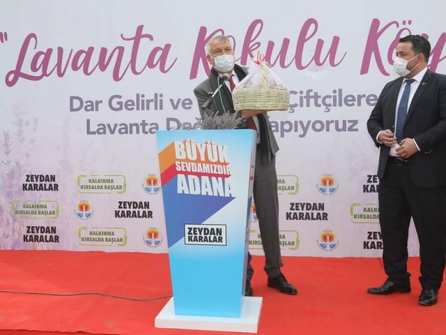 NOVACELL AJANS / Adana Büyükşehir Belediyesi, merkez ve kırsaldaki üreticileri desteklemeye, fide, silaj ve gübre dağıtmaya, kooperatifler kurulmasını teşvik etmeye, bilgi aktarımında bulunmaya devam ediyor. Adana Büyükşehir Belediye Başkanı Zeydan Karalar'ın üreticiyi desteklemeye ve bulunduğu yerde mutlu olmasını, geçinebilmesini sağlamaya yönelik kararlılığının sonucu olarak başta çilek, lavanta olmak üzere, kırsaldaki ilçelerde milyonlarca fide dağıtıldı. Son olarak Pozantı'da 80 bin lavanta fidesi dağıtan Adana Büyükşehir Belediyesi, Feke ilçesinde çoğunluğu kadınlardan oluşan 22 üreticiye 210 bin lavanta fidesi daha dağıttı.