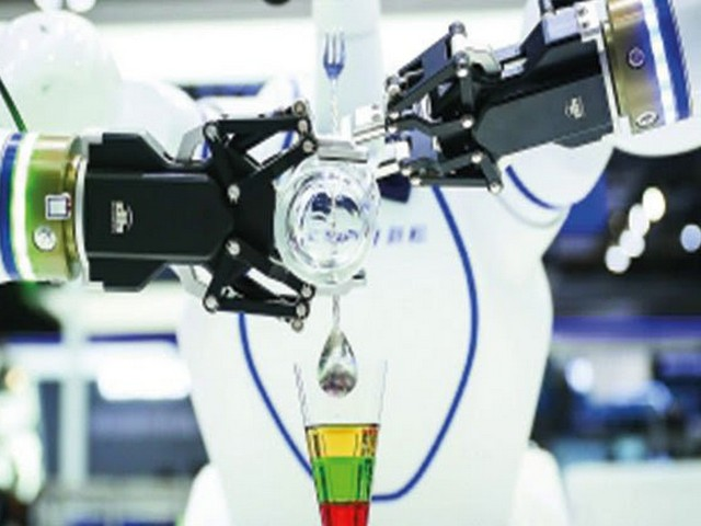 Dünyadaki her üç robottan birinin Çin'de üretildiği, Shanghai kentinin de dünyanın robot üretim üssüne dönüştüğü bildirildi. 2020'de otomobil sektöründeki gerileme ve yeni tip koronavirüs (Covid-19) salgınının etkisiyle Shanghai'in endüstriyel robot üretiminde düşüş görülürken bazı şirketlerin ise krizi fırsata çevirdiği ifade edildi. Çin'de üretilen endüstriyel robotların üçte birinin Shanghai'da imal edildiği belirtildi. 2020'de endüstriyel robot alanında gerileme yaşanırken, hizmet robotlarına talepte büyük artış görüldü. Bu süreçte tıp, ticaret ve eğitim gibi alanlarda kullanılacak birçok yeni robot geliştirildi. Wuhan'da yalnızca bir haftada inşa edilen ülkenin ilk akıllı kabin hastanesinde tıbbi robotlar, devriye robotları, dezenfeksiyon robotları, ulaşım robotları ve sıcaklık ölçüm robotları 24 saat boyunca çevrim içi çalışmayı sürdürüyordu. Shanghai Robot Endüstrisi Derneği Başkanı Dai Liu, önümüzdeki on yılda Çin'de yapay zekâ teknolojisinin ilerlemesiyle birlikte hizmet robotlarının gelişmesinde de altın döneme girileceğini belirtti.