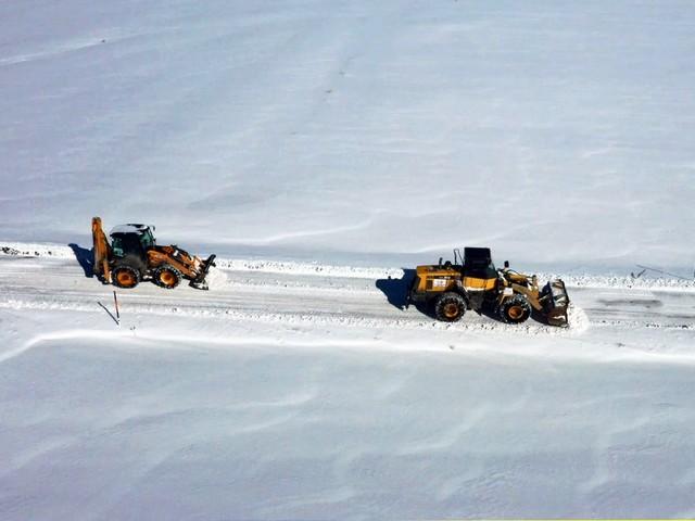 Van Büyükşehir Belediyesi Karlarla Kapalı Mahalleri Temizledi