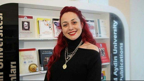"""""""Artık Aylin Sözer'ler katledilmesin"""" diyen Mumcuoğlu, """"Bir kadın daha çürümüşlüğün savrulmuşluğun kurbanı oldu. Çocuk eğitiminde uzmanlaşmış bir öğretmenimiz eğitilememiş birinin ellerinde katledildi. Aylin Sözer'le birlikte 2020'de 296 kadın öldürüldü dedi. HABERİN SONU www.haberinsonu.com"""