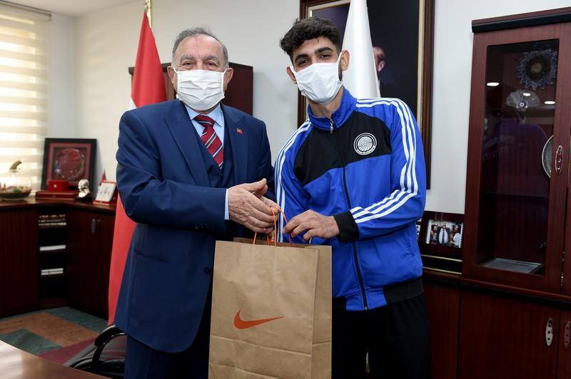Seyhan Belediyesporlu Muhammet Türkiye Şampiyonu