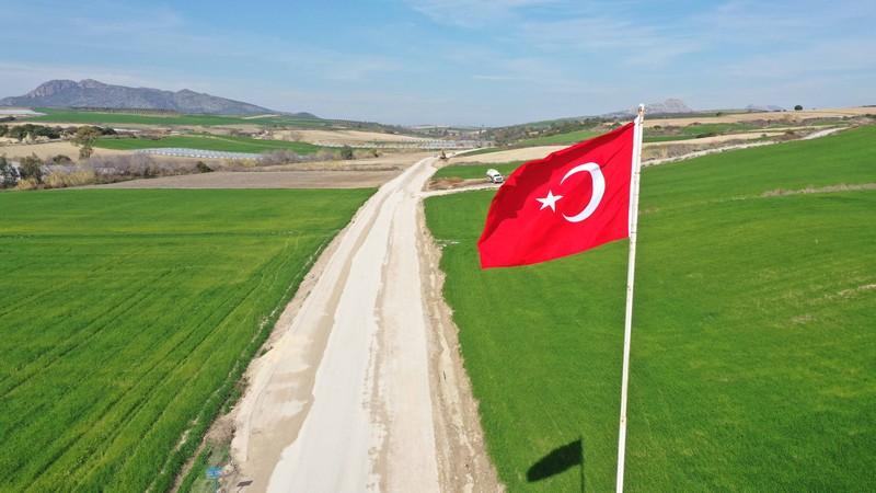 Adana Büyükşehir Belediyesi yol yapım, onarım ve yenileme çalışmalarını kentin dört bir yanında devam ettiriyor.