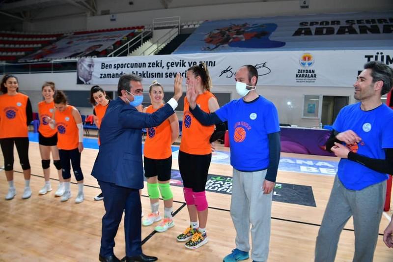 Çukurova Belediye Başkanı Soner Çetin de izledi.