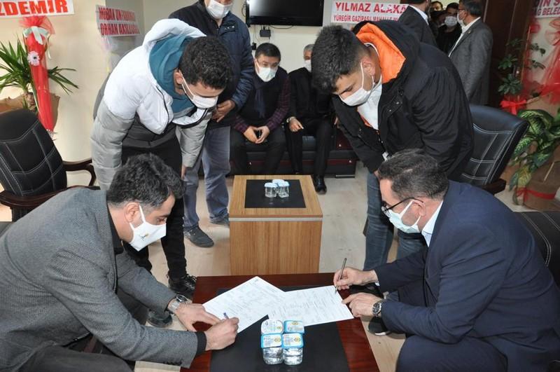 AK Parti Yüreğir İlçe Başkanı Necip Fazıl Cengil de Adana milletvekili Abdullah Doğru'nun teşkilatlarına yaptıkları ziyaretten dolayı memnuniyetlerini dile getirerek