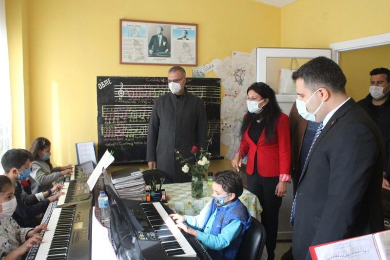 Karataş Belediye Başkanı bağlama kursuna 3 bağlama hediye etti, bir org sözü verdi
