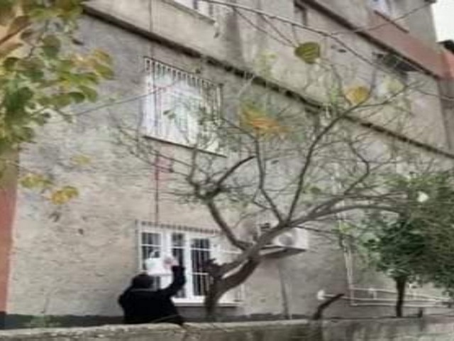 Adana'da oturduğu 4. kattaki evinden sepet sarkıtarak uyuşturucu satan kişi suçüstü yakalandı.
