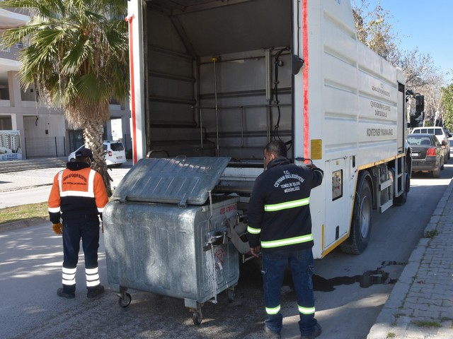 çöp konteynerlerini özel solüsyon ilaçlarla yıkayarak dezenfekte çalışmaları
