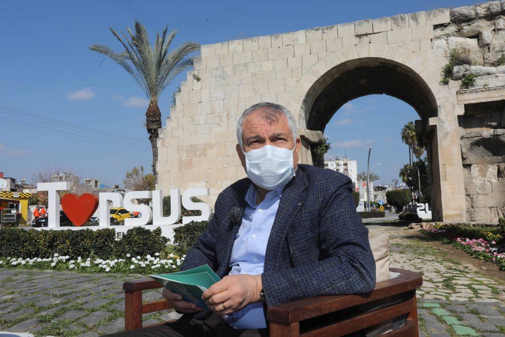 Zeydan Karalar ve Mersin Büyükşehir Belediye Başkanı Vahap Seçer, Mersin'in Tarsus ilçesinde, tarihi Kleopatra Kapısı kalıntısı önünde 4 TV'nin canlı yayınladığı programda bir araya geldi.