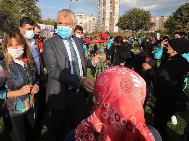 Başkan Zeydan Karalar'ın kadınlara verdiği çiçekler kadın girişimcilerden alındı.