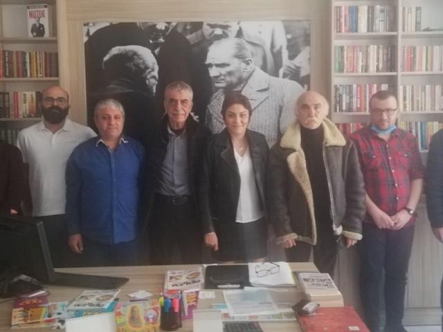 Sarp Kuray, dostlarıyla birlikte Toplumsal Medya Grubu'nu ziyaret etti.