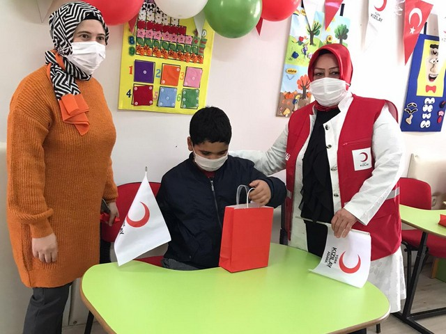 Türk Kızılay okulların açılmasıyla birlikte eğitim yardımlarına kırtasiye destekleriyle devam ediyor.