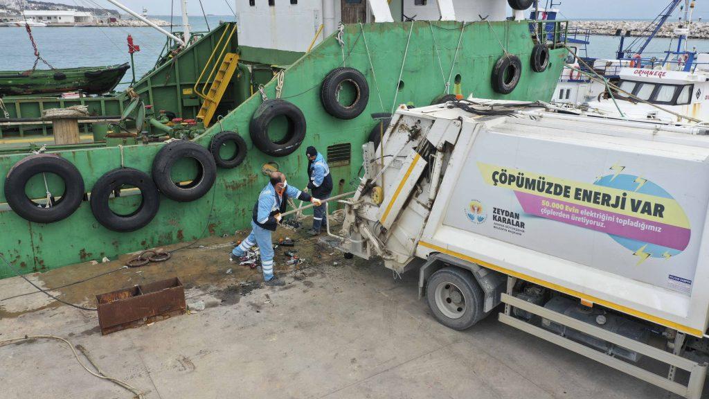 Büyükşehir, iç su ve denizlerde rutin olarak temizlik ve çevre koruma çalışması gerçekleştiriyor.