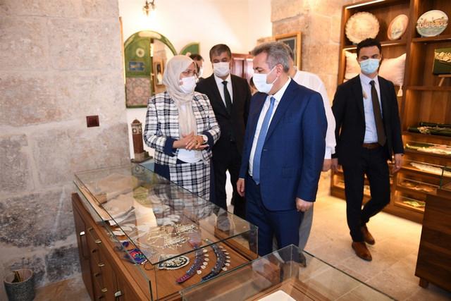 Vali Süleyman Elban, 16.06.2021 tarihinde açılan, Ulu Cami Külliyesi içerisinde yer alan Adana Olgunlaşma Enstitüsüne ait mağazayı ziyaret etti.