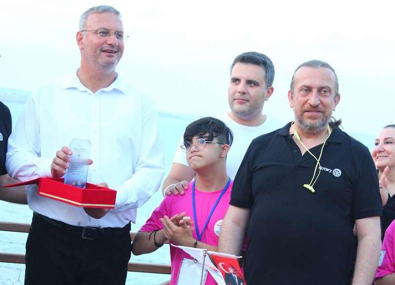 Ketrez, Yaz Kampı projesine destek veren Karataş Belediye Başkanı Necip Topuz'a katkılarından dolayı teşekkür plaketi sundu.
