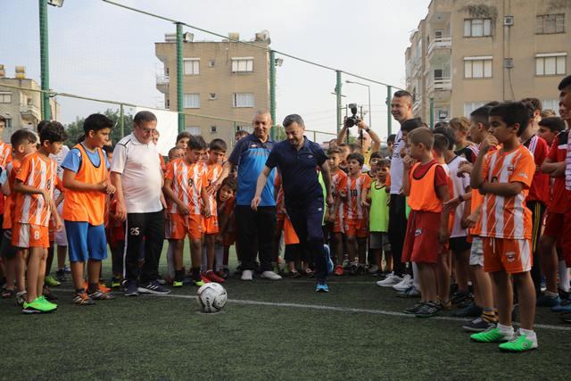 Yüreğir Belediyesi'nin 16 branşta düzenlediği ücretsiz Yaz Spor Okulları başlıyor. Spor tesislerinde daha fazla çocuk ve gencin katılımını sağlamak amacıyla uygulanan Yaz Spor Okulları yaz dönemi kayıtları devam ediyor.