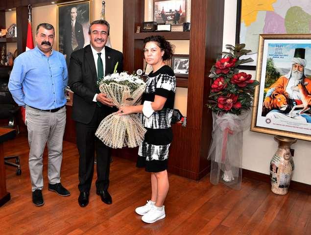 Hacı Bektaş Veli Anadolu Kültür Vakfı Adana Şube Başkanı Saim Yılmaz ve yönetim kurulu üyeleri, Çukurova Belediye Başkanı Soner Çetin'e ziyarette bulunarak, Hacıbektaş etkinliklerine katılımları ile ilgili kendilerine destek olduğu için teşekkür ettiler.
