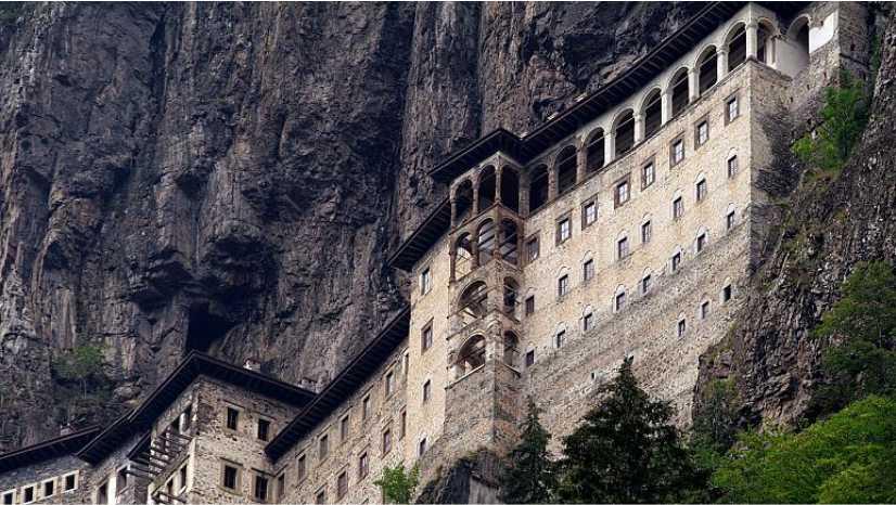 Trabzon'un Sürmene ilçesinde bulunan manastırda bugün yapılacak ayine katılmak isteyen