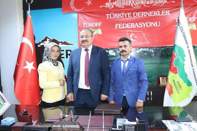 Doğu Türkistan aile çalışma Sosyal Güvenlik Bakanı sayın cumhurbaşkanı adına Mahmut Denize takdim edilmişti